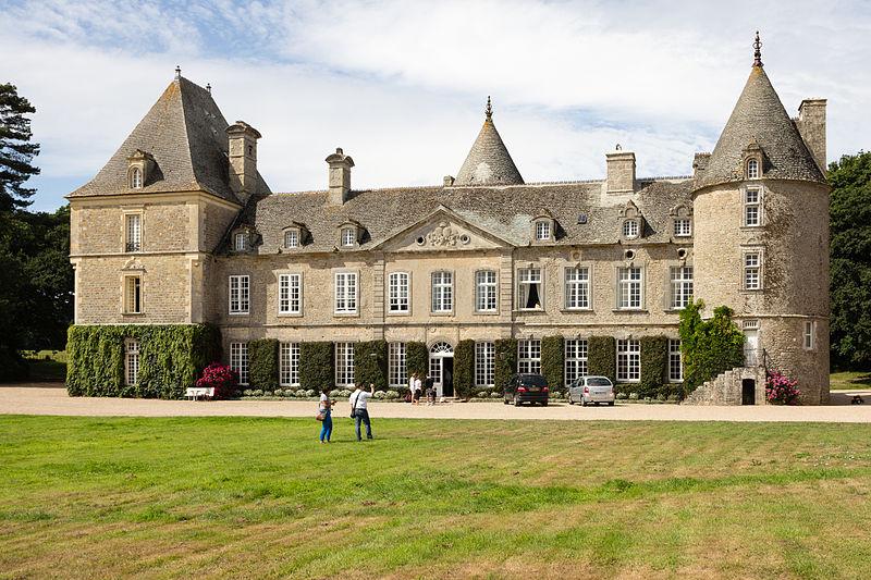 800px-Façade_du_château_de_Tocqueville,_Tocqueville,_France-2